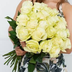 Букет 25 белых крупных роз с лентами R551