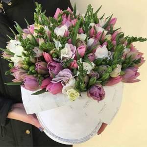 Композиция из тюльпанов и фрезии в коробке R859