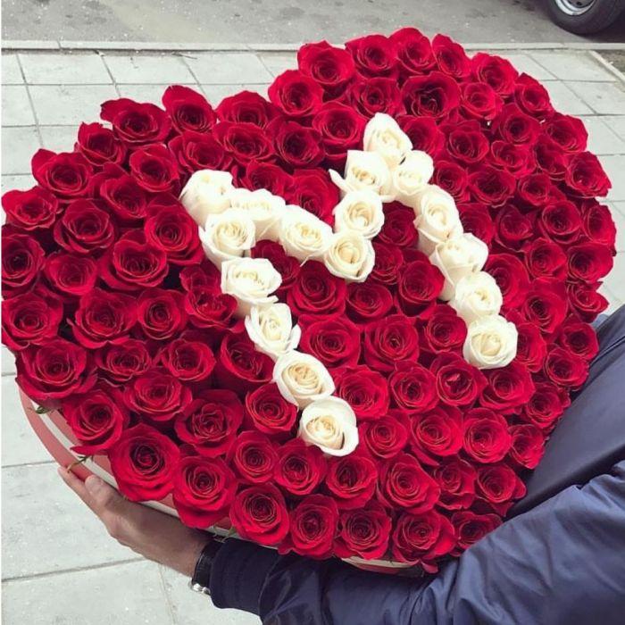 151 роза с буквой в коробке сердце R052