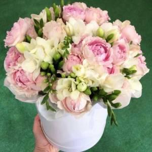 Коробка белая фрезия и пионовидные розы R585