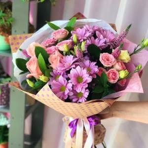 Сборный букет с хризантемой и розой в упаковке R1226