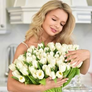 Букет из 51 белого тюльпана в бумаге R161