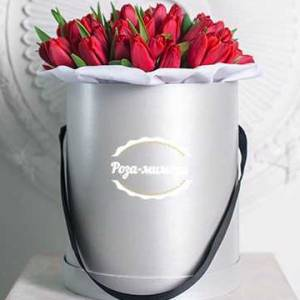35 красных тюльпанов в шляпной коробке R194