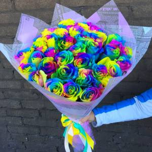 35 радужных роз, цветы в крафте R811
