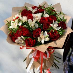 Букет белые орхидеи и красные розы R642